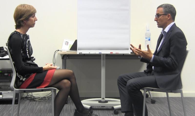 Sesión de executive coaching explicando la escucha activa.